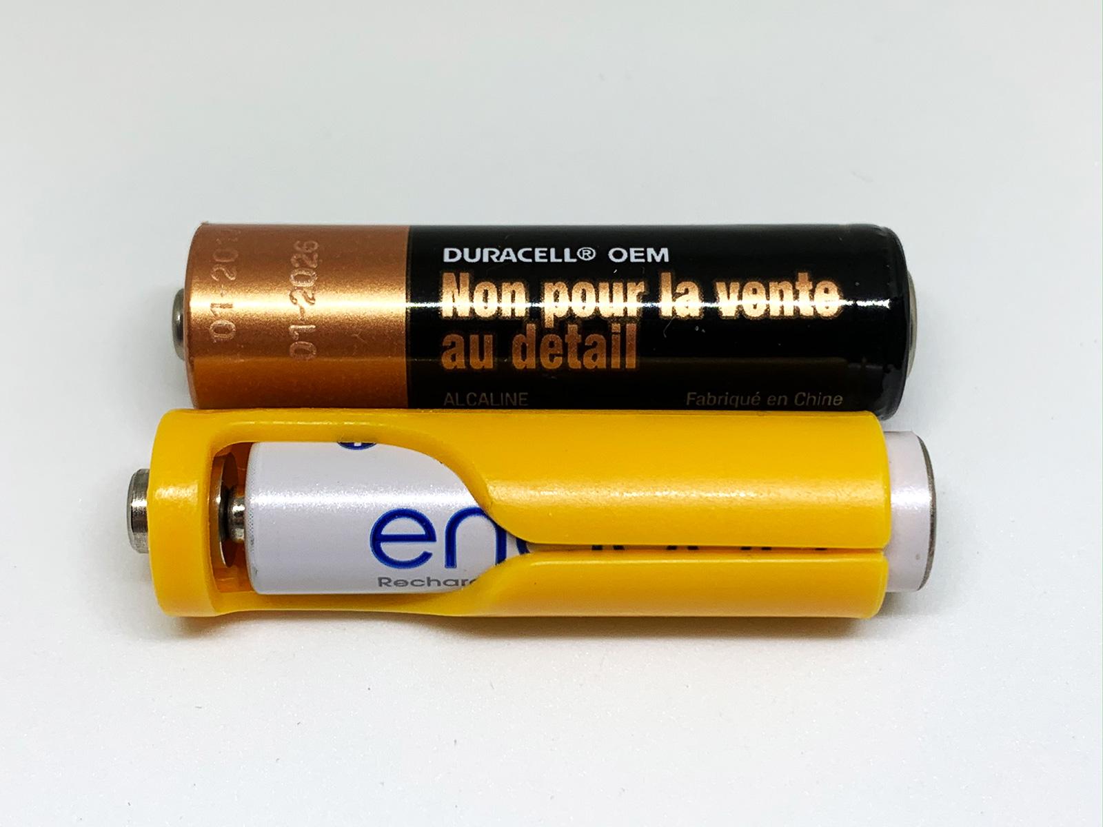単3電池とアダプターを付けた単4電池