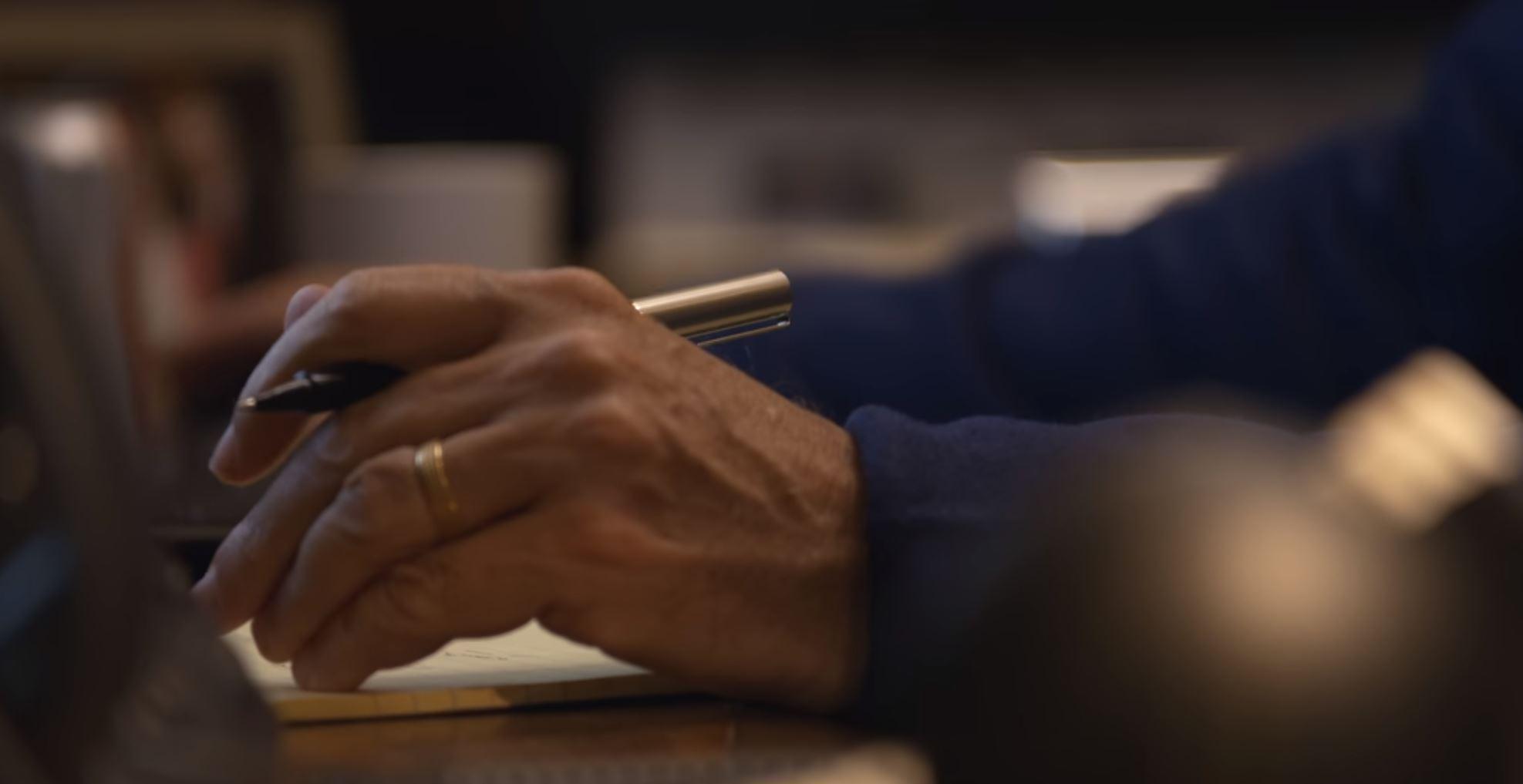 ビル・ゲイツが手に持っているボールペンuni-ball Deluxe