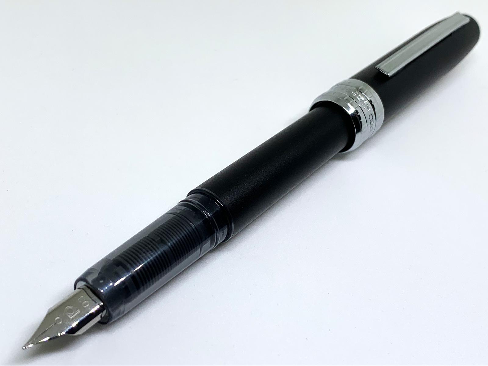 プラチナ万年筆プレジール ブラックミスト キャップを開いて後ろに付けた様子