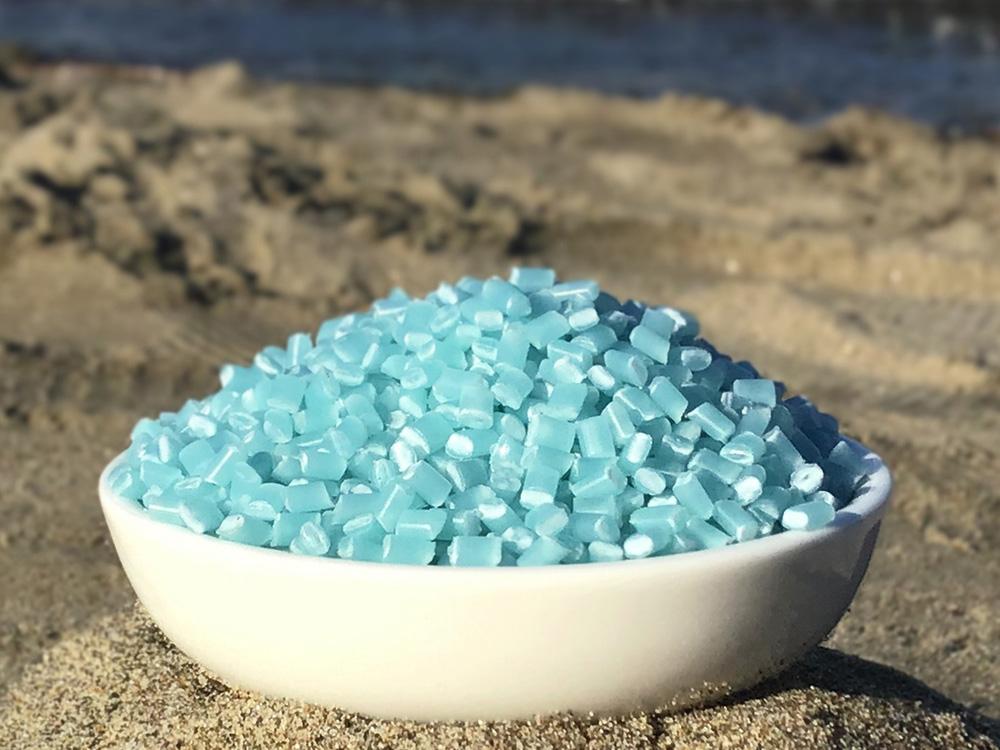 海洋プラスチックごみからリサイクルされた、再生樹脂